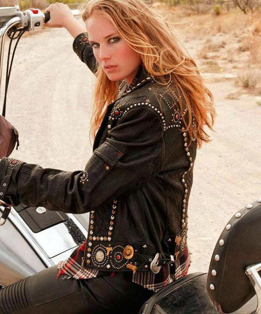 Donna in Moto