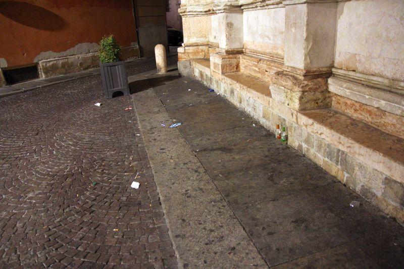Foto luigi Boschi: i rifiuti lasciati dai frequentatori il monumento Antelamico