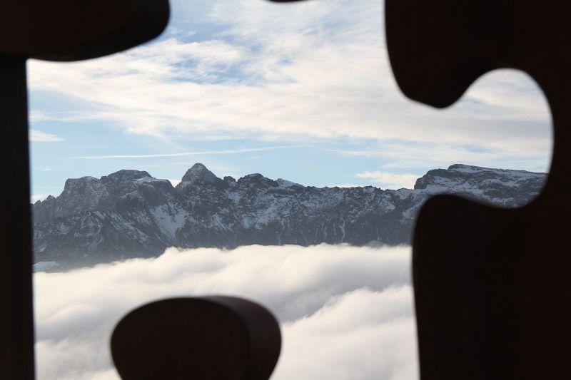 """Foto Luigi Boschi: Alpe di Siusi attraverso l'opera """"The Missing Piece"""" dell'artista Georg Friedrich Wolf installata sul Bullaccia. Dicembre 2015"""
