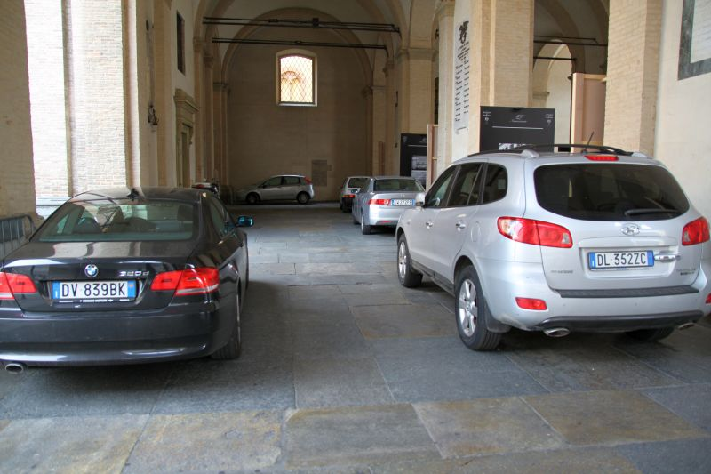 auto parcheggiate sotto i portici del Grano