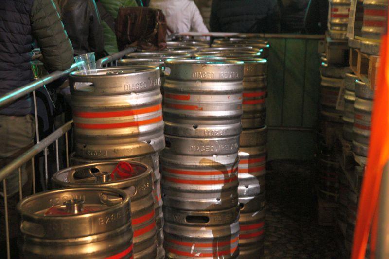 Fo Luigi Boschi: barili di birra nel cortile della Pilotta a Parma per la festa Irlandese