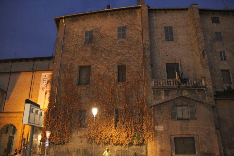 Foto Luigi Boschi: palazzo della Pilotta facciata torrente con l'edera tagliata e le sbrandellate bandiere dell'Italia e dell'Europa