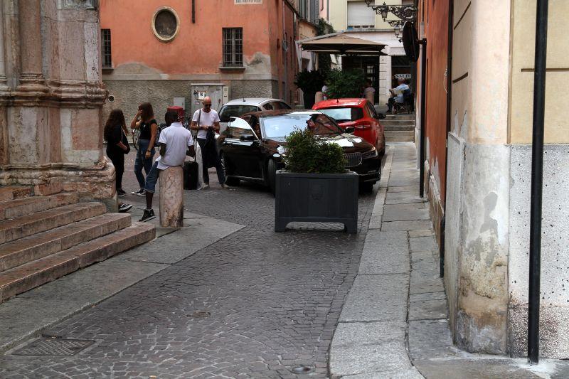 Foto Luigi Boschi: riposizionata fioriera dissuasore al transito in vicolo del Battistero di Parma