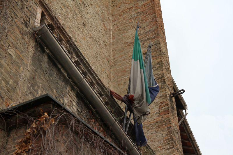 Foto Luigi Boschi: Le bandiere d'italia e d'Europa sul palazzo della Pilotta di Parma