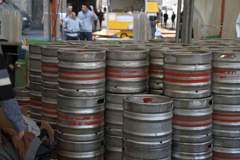 Foto Luigi Boschi: migliaia di barili di birra nel cortile della Pilotta a Parma