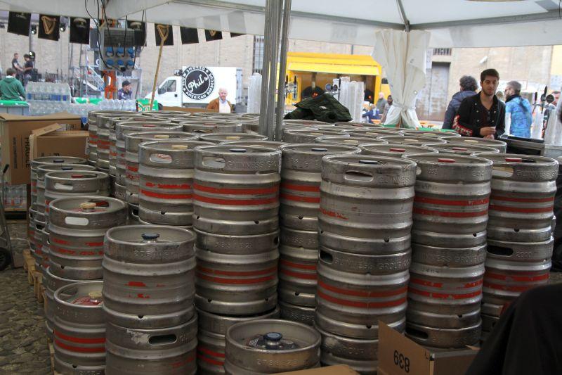 Foto Luigi Boschi: migliaia di barili di birra nel cortile della Pilotta a Parma per la festa Irlandese 2017