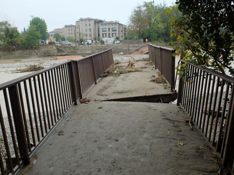 Foto Beppe Fontana: ponte della Navetta sul Baganza crollato